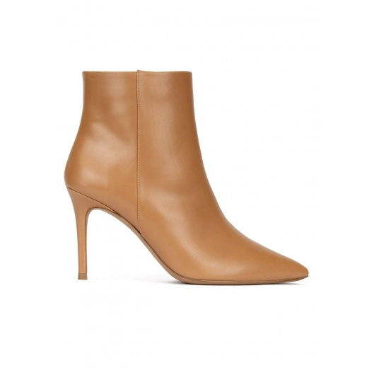 Heeled pointy toe ankle boots in camel leather Pura L�pez