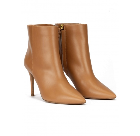 Heeled pointy toe ankle boots in camel leather Pura López