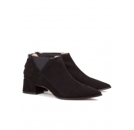 Mid heel ankle boots in black suede Pura López