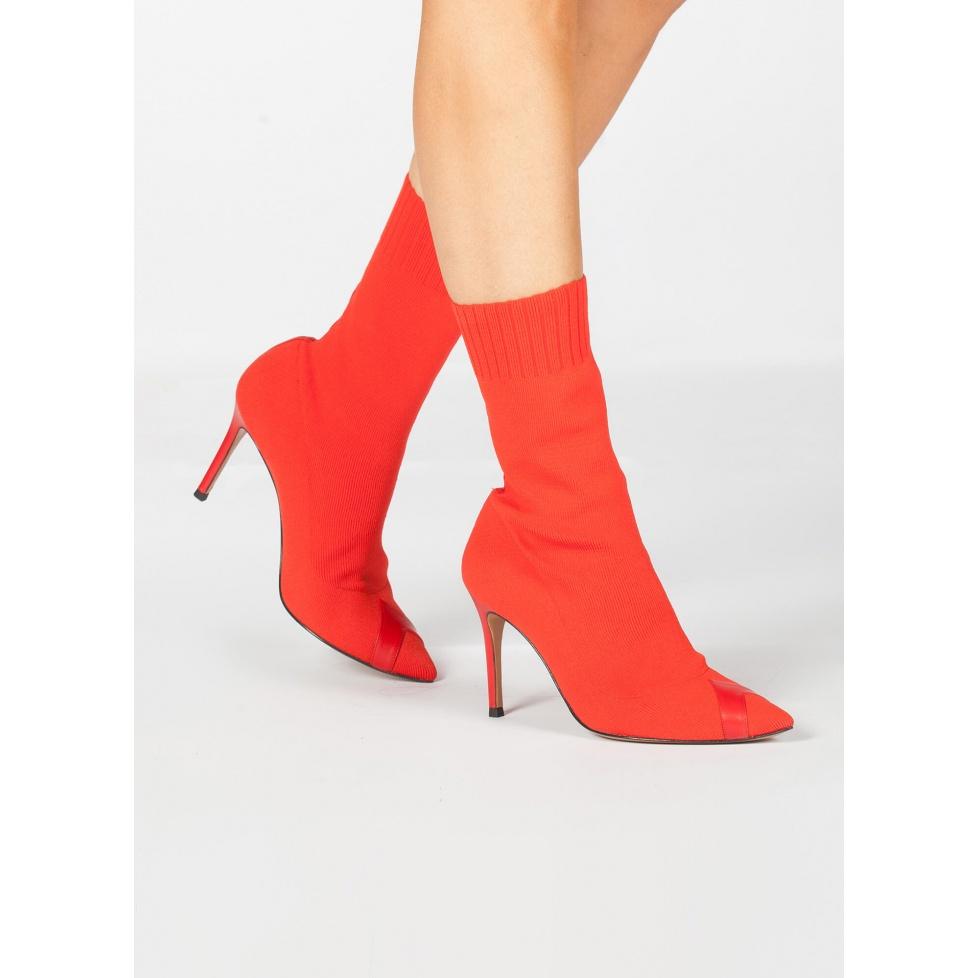 Botín calcetín con punta fina y tacón alto en tejido rojo
