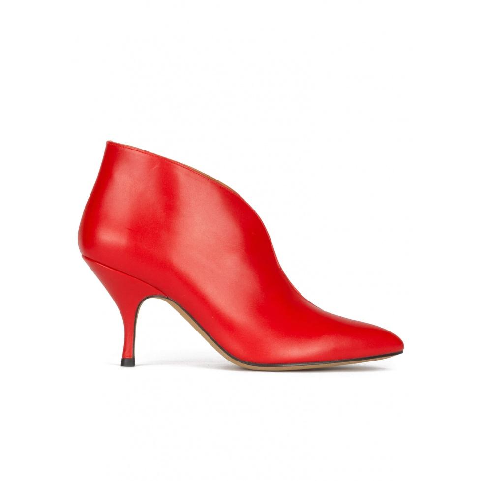 Botines rojos de piel y con punta fina y tacón curvo