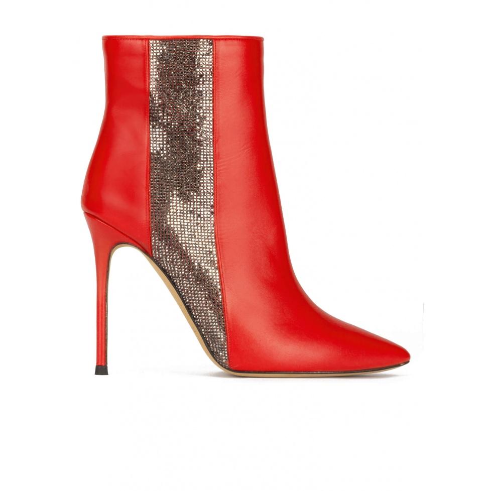 Botines rojos de punta fina y tacón alto en piel con strass