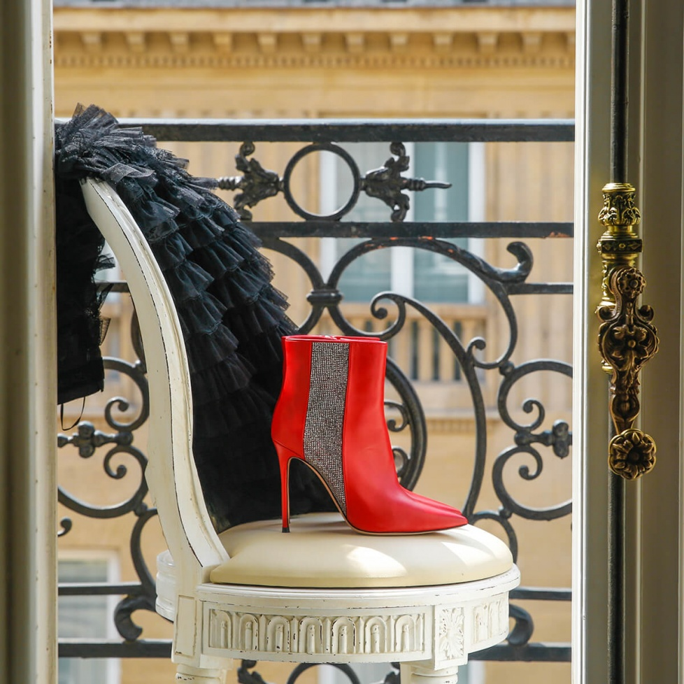 High heel point-toe ankle boots in red leather with strass