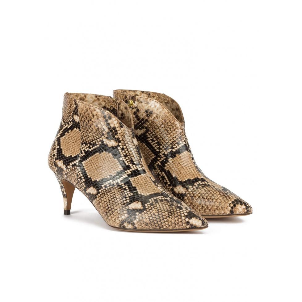 Botines de tacón medio y punta fina en piel de serpiente