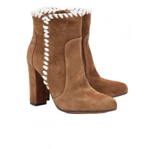 Botines de tacón alto en serraje marrón con pasados de lana Pura López