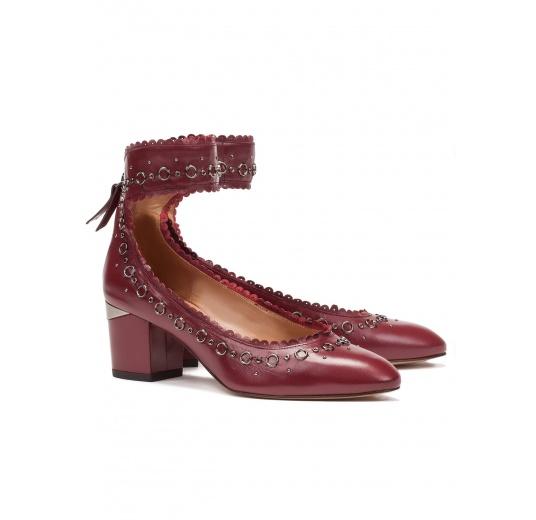 Zapatos de tacón medio en piel burdeos con pulsera Pura López