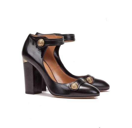 Zapatos de tacón alto en piel color negro con pulsera Pura López