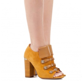 High block heel ankle boots in tobacco suede with metallic buttons Pura López