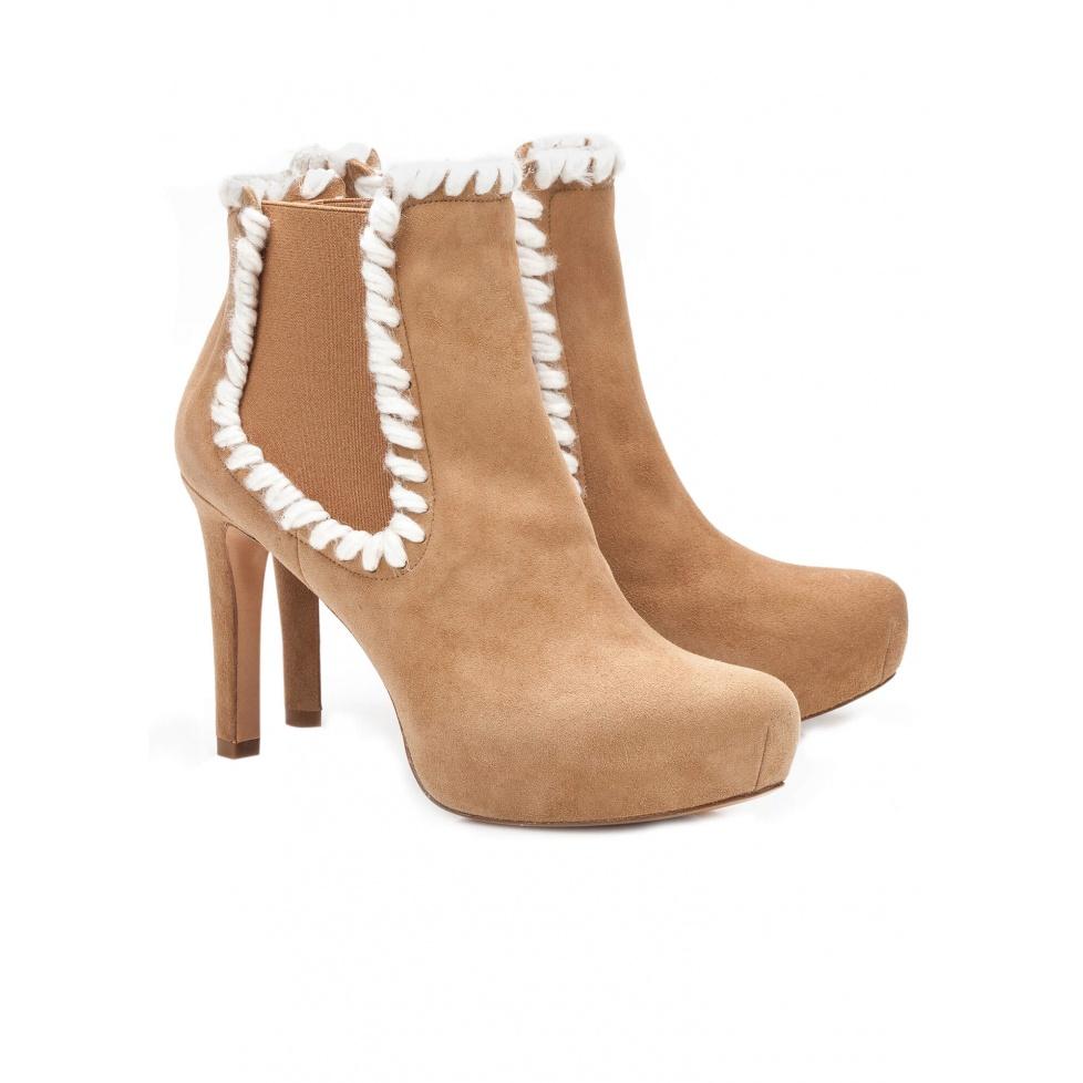 Botín de tacón medio en ante camel - tienda de zapatos Pura López