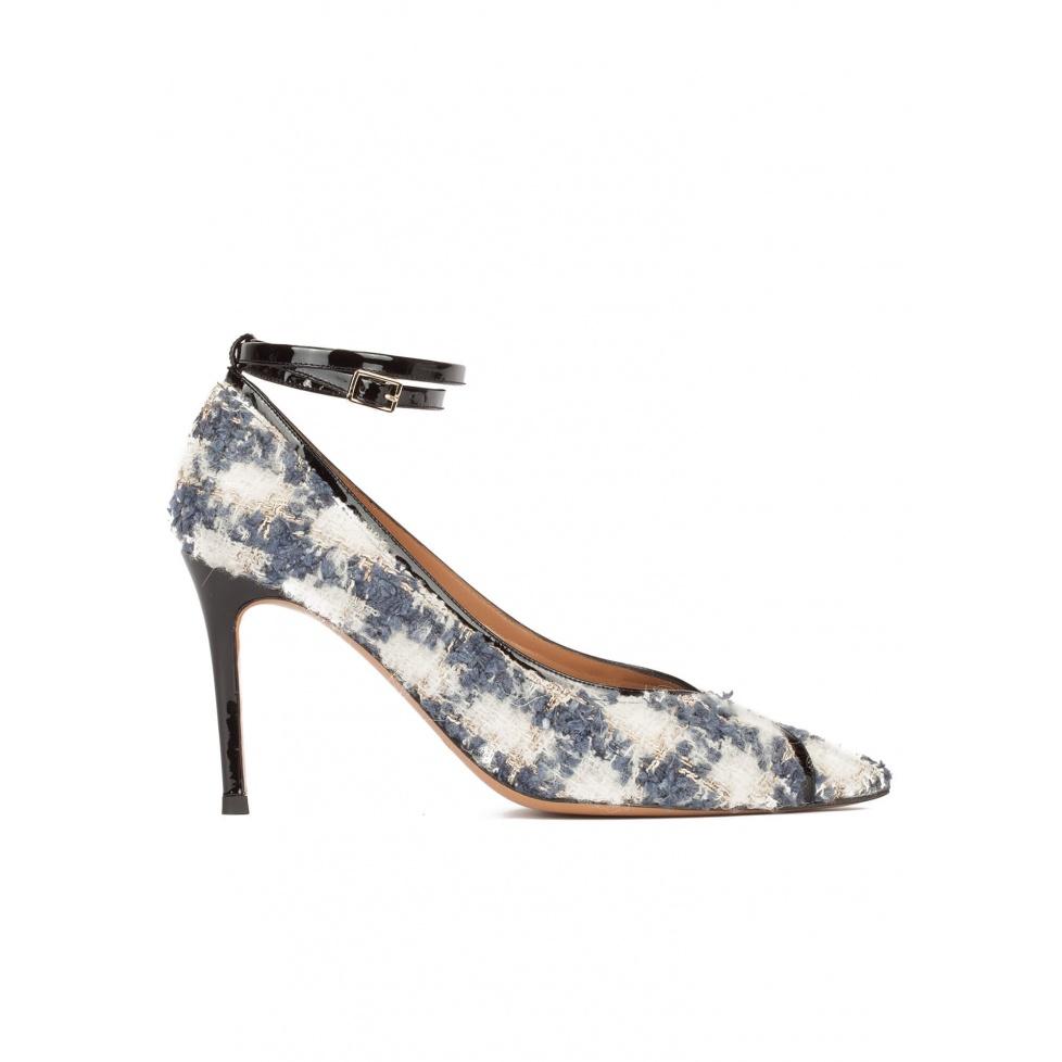 Zapatos de tacón en tejido de cuadros con pulsera en charol negro