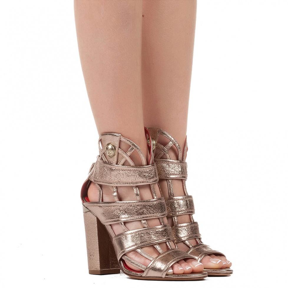 Sandalias de tacón alto en piel metalizada champagne con diseño enrejado