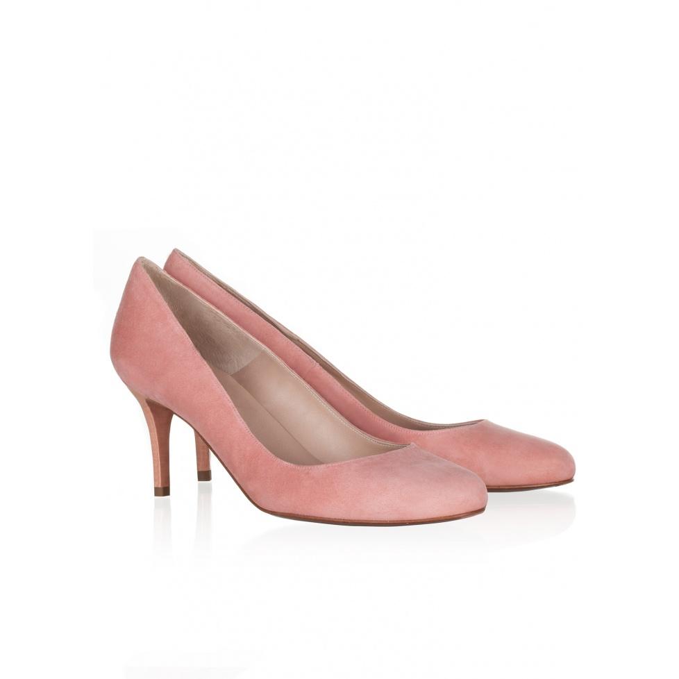Zapatos de salón de tacón medio en ante rosado. Pura López Oficial.