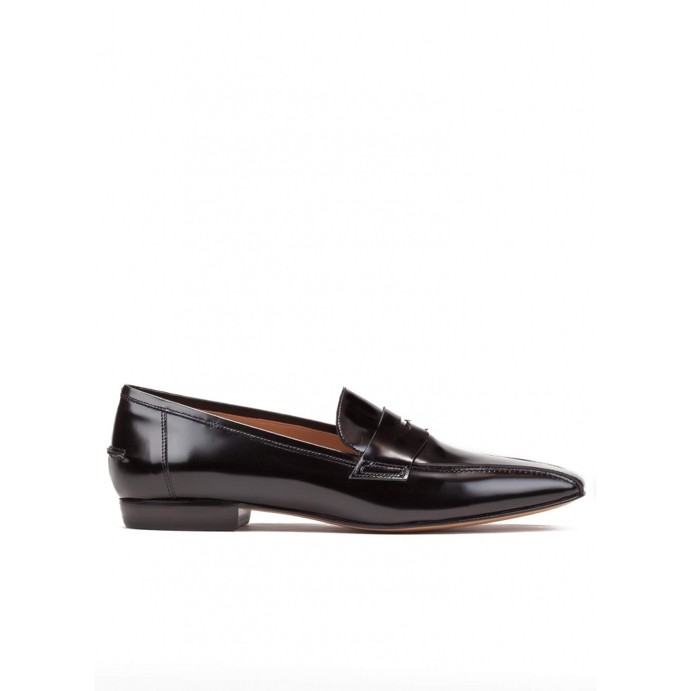 Flat loafers in black glossed leather