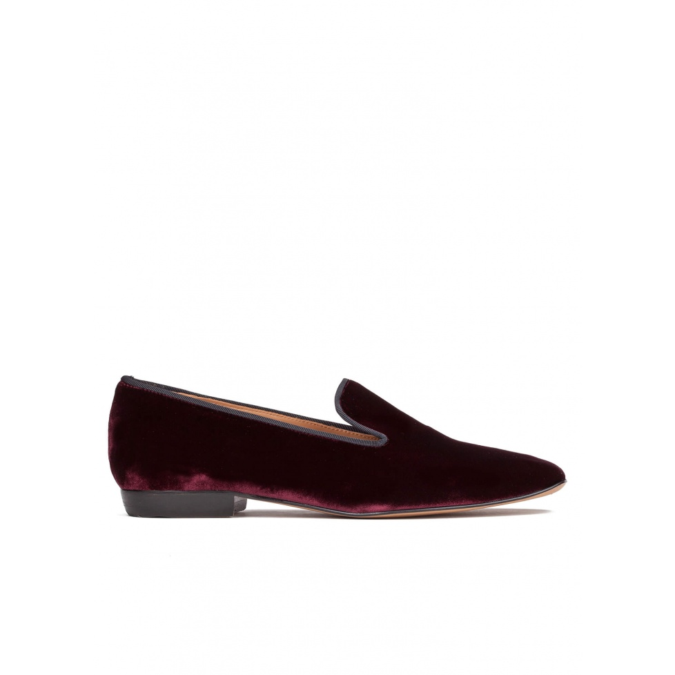 Flat loafers in burgundy velvet