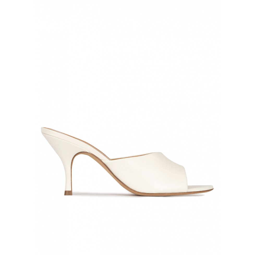 Mid curved heel mules in off-white leather