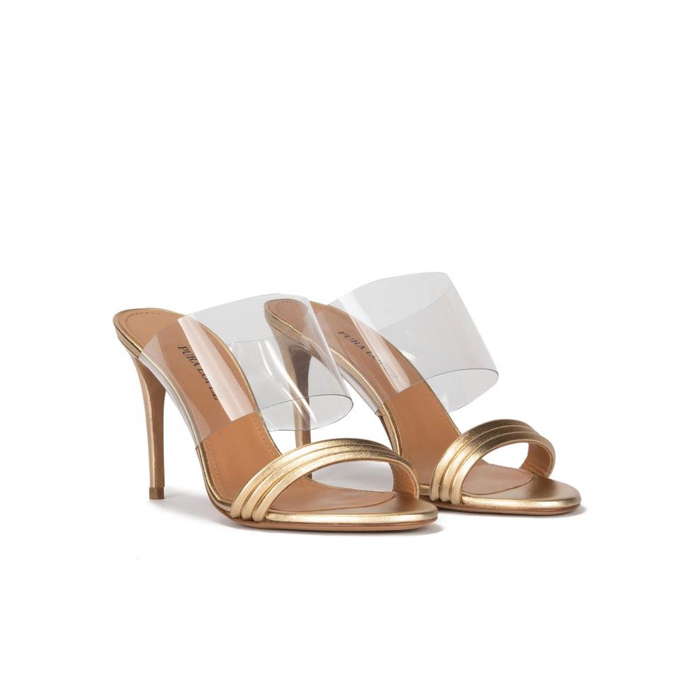 Sandalias doradas tipo mule de tacón alto en piel y vinilo