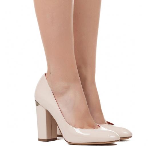 High block heel pumps in light nude patent leather Pura L�pez