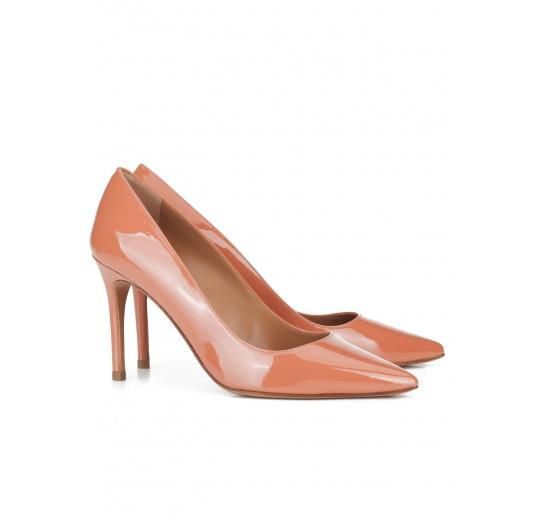 Zapatos de punta fina en charol rosa antik Pura L�pez