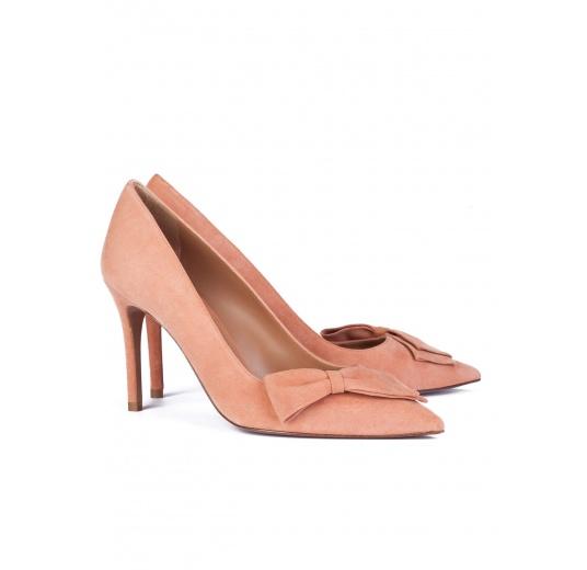 Zapatos de salón con tacón alto en ante rosa antik con lazo Pura L�pez