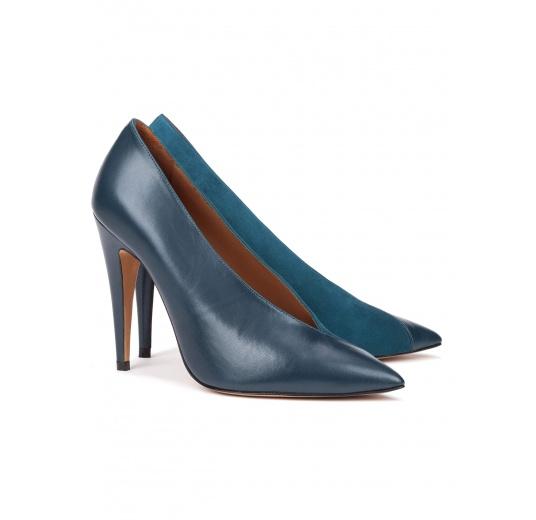 Zapatos de salón con escote en V en piel y ante azul petróleo Pura López