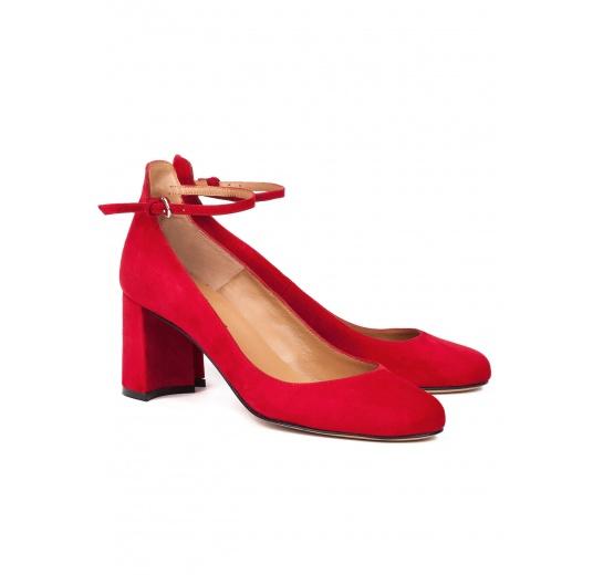 Zapatos de tacón medio en ante rojo con pulsera Pura López