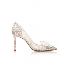 Pointy toe wedding pumps in white lace Pura López