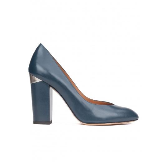 Zapatos de salón con tacón alto en piel azul petróleo Pura López