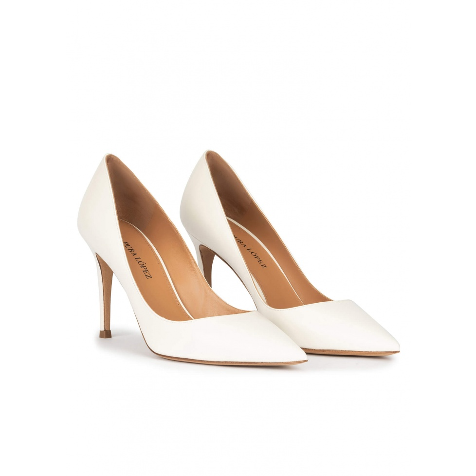 Point-toe high heel pumps in off-white leather