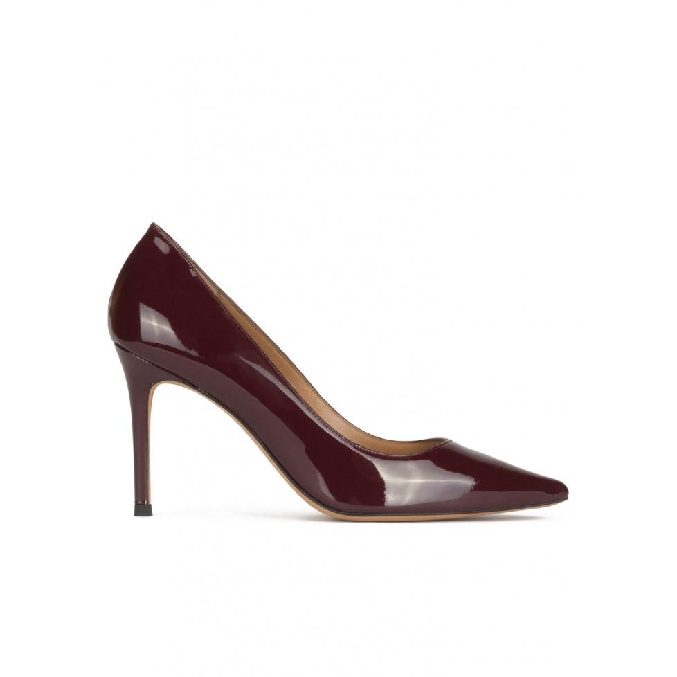 Zapatos de tacón alto y punta fina en charol burdeos