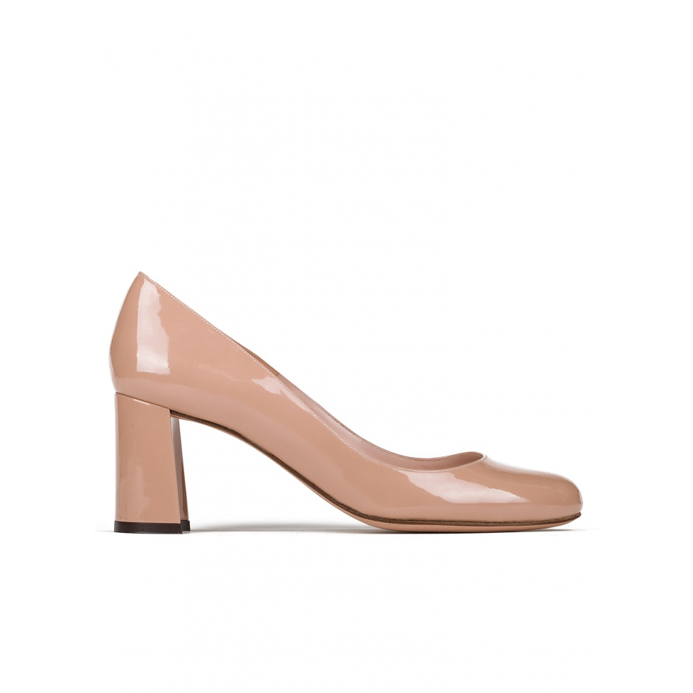 Mid block heel pumps in nude patent leather