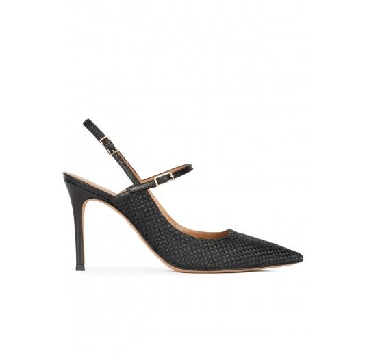 Zapatos de punta fina y tacón alto en rafia color negro Pura López