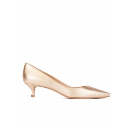 Mid heel pointy toe pumps in gold leather Pura López