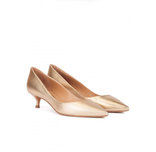 Mid heel pointy toe pumps in gold leather Pura L�pez