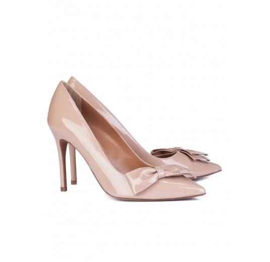 Zapatos de salón con tacón alto en charol nude con lazo Pura L�pez