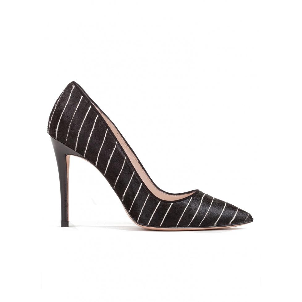 Zapatos de salón con tacón alto en negro con rayas