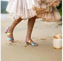 Sandalias atadas de medio tacón en piel metalizada Pura López
