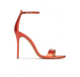 Sandales à talons hauts en cuir métallisé rose corail Pura López