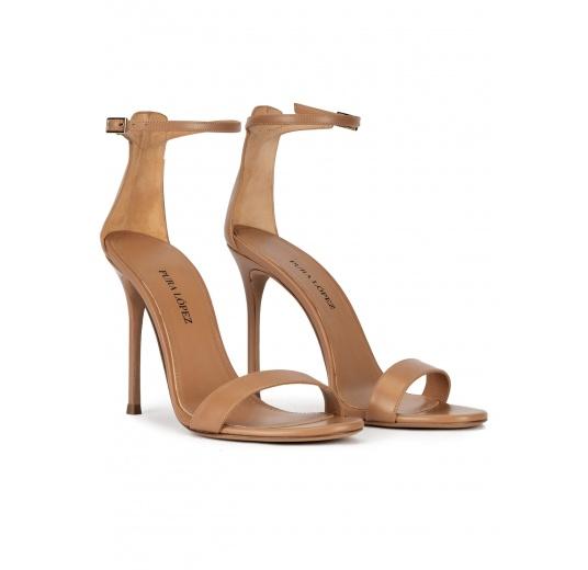 Sandalias camel de piel con tacón alto y pulsera en el tobillo Pura López