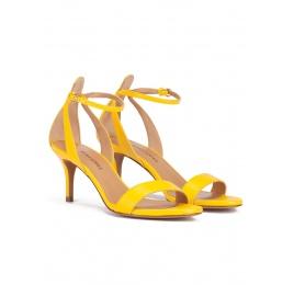Sandalias amarillas de tiras con medio tacón en piel Pura López