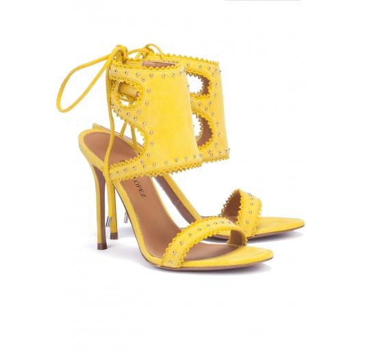 Sandalias amarillas de tacón en ante con cordones Pura L�pez