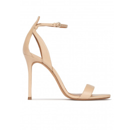 Sandalias de tacón alto fino en piel beige con pulsera Pura López