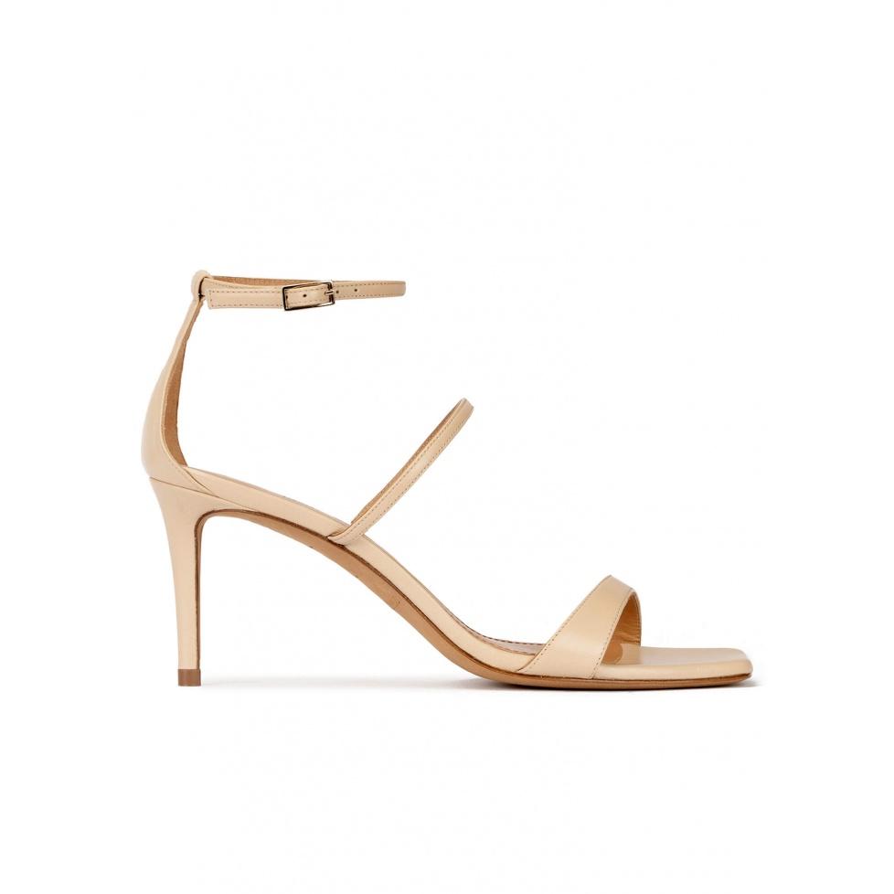 Sandalias de puntera cuadrada y tacón medio en piel beige