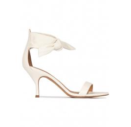 Sandalia de tacón medio en piel blanco roto Pura López