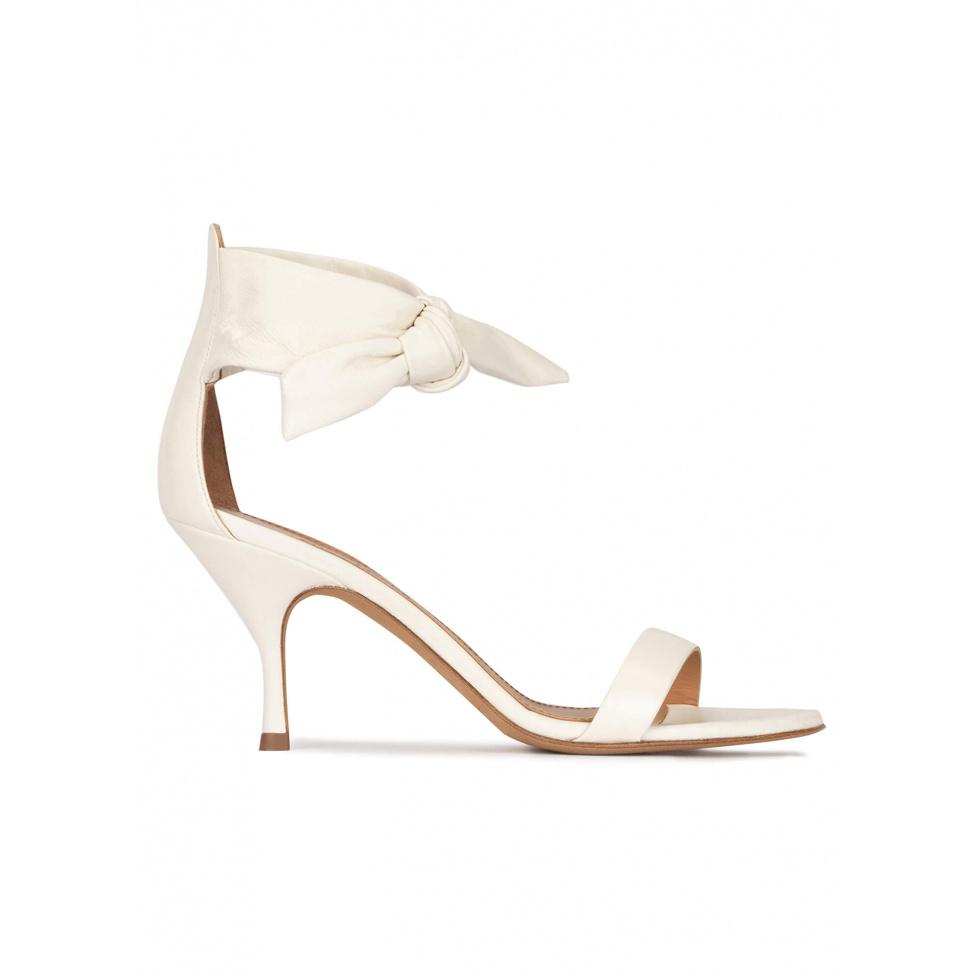 Sandalia de tacón medio en piel blanco roto