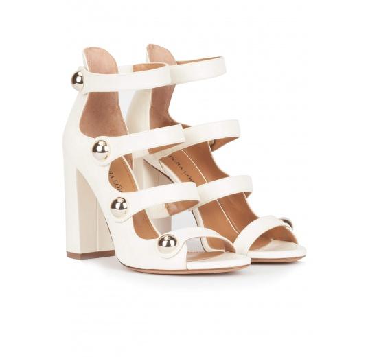 Sandalias blancas de tacón ancho en piel con botones dorados Pura L�pez