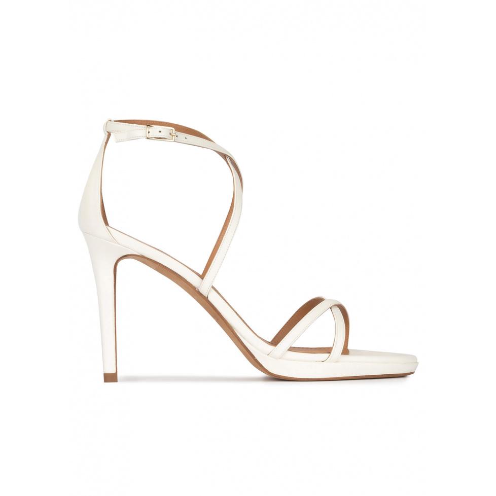 Sandalias blancas de piel con tacón alto y plataforma
