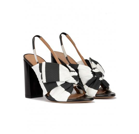 Sandalias de tacón ancho en tejido blanco y negro con detalle de lazo Pura López