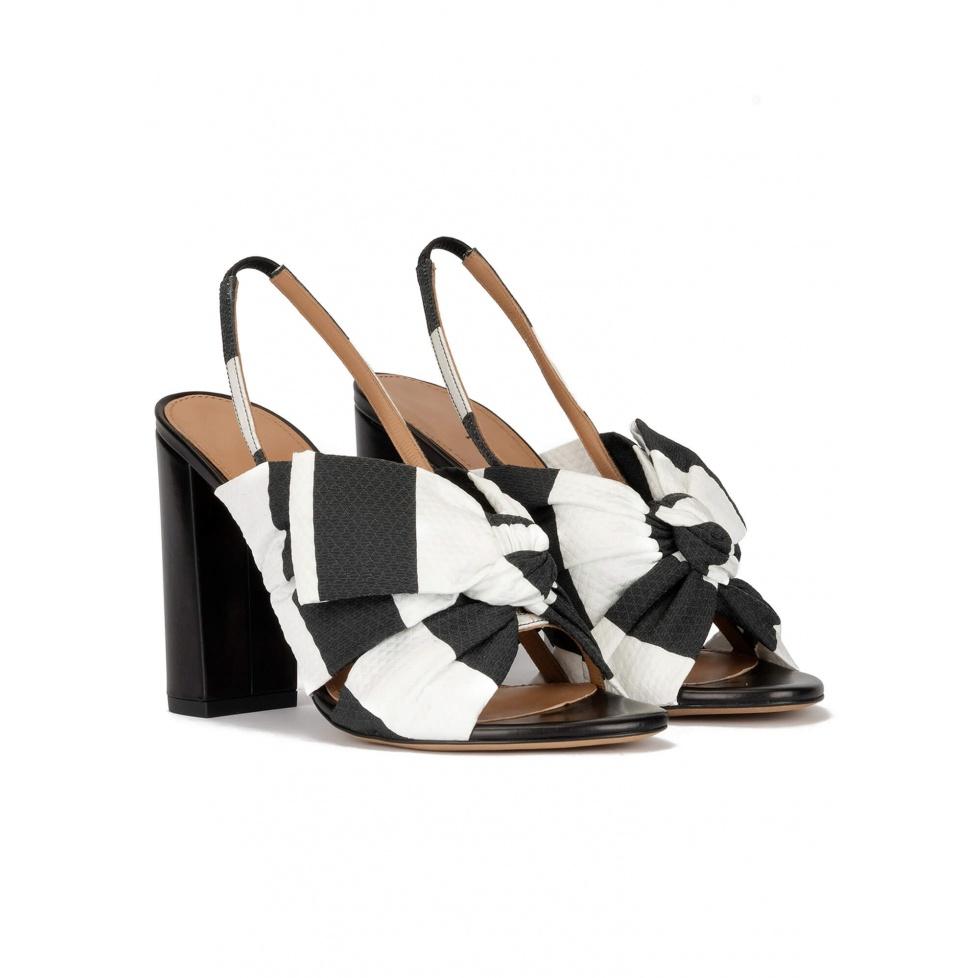 Sandalias de tacón ancho en tejido blanco y negro con lazo