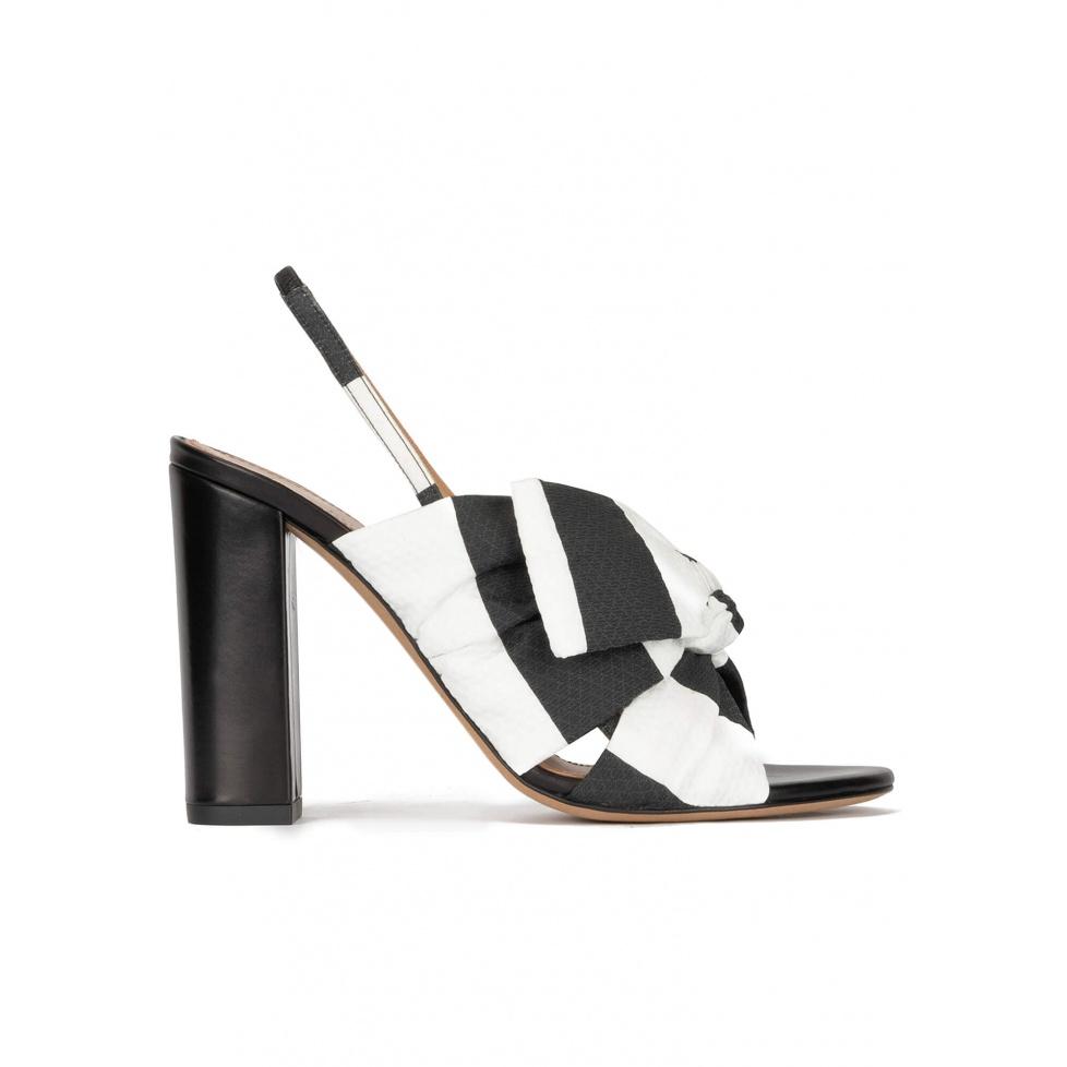 Sandalias de tacón ancho en tejido blanco y negro con detalle de lazo
