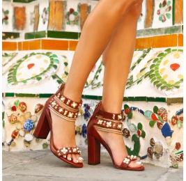 Sandalias de tacón ancho en piel burdeos con adornos florales Pura López